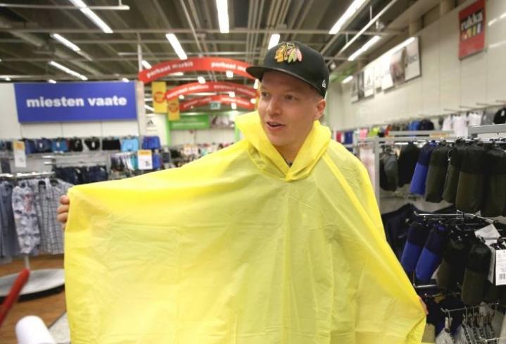 Johannes Kuivanen kävi ostamassa keltaisen sadeviitan vaimonsa käskystä Ultra Bran keikkaa varten.