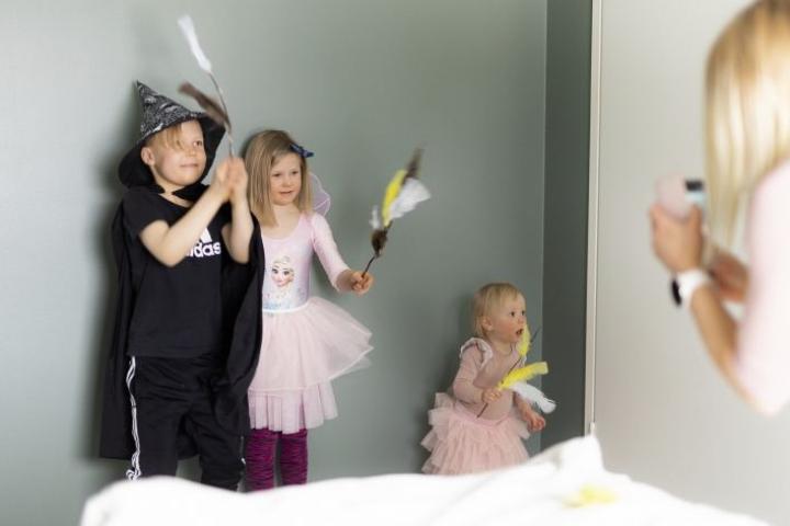 Oliver, Luna ja Fiinu Leppänen näkevät tavallisessa arjessa isomummua ja isopappaa joka viikko. Nyt yhteydenpito on täytynyt järjestää puhelimitse, mutta onneksi isomummukin osaa soittaa videopuhelun.