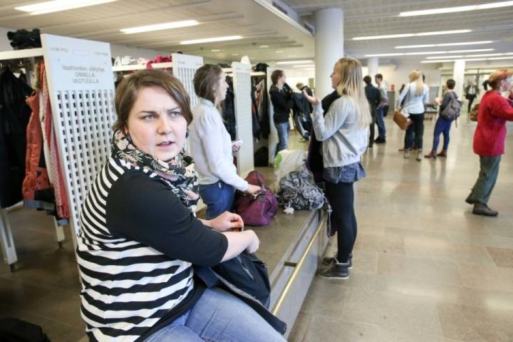Yhteiskuntatieteitä ja sosiologiaa opiskeleva Emmi Alho ei usko, että opintotuen leikkaaminen nopeuttaisi opiskelijoiden valmistumista.