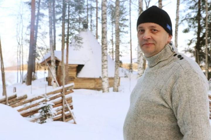 Asko Turusen mukaan ulkomaalaiset vieraat ovat viehättyneet Korvenkodan vaatimattomaan mutta tunnelmalliseen ilmapiirin.