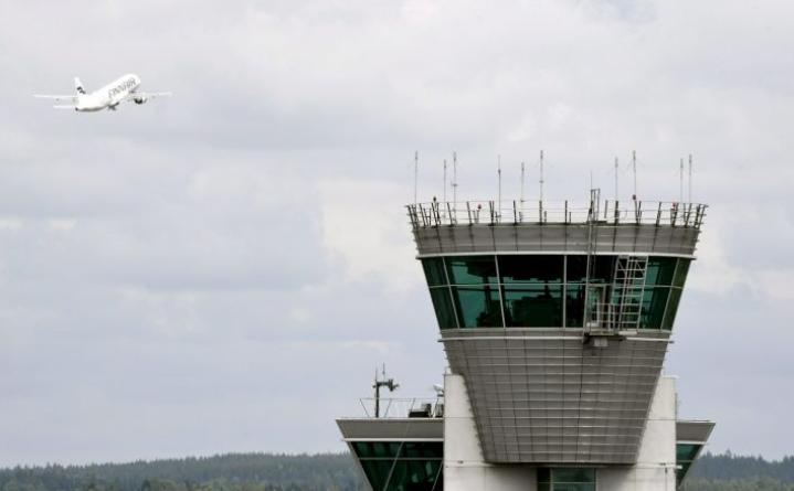 Finnairin kone laskeutui lauantaina Helsinki-Vantaalle rikkoutuneella renkaalla. LEHTIKUVA / Jussi Nukari