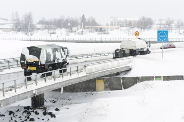 Northern Wind 2019 -harjoitukseen matkalla olevat joukot ylittivät Suomen ja Ruotsin rajan Torniossa lauantaina. LEHTIKUVA / JYRKI NIKKILÄ