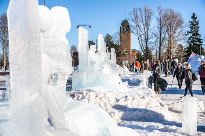 Jääveistokset alkoivat sulaa vauhdilla maanantaina.
