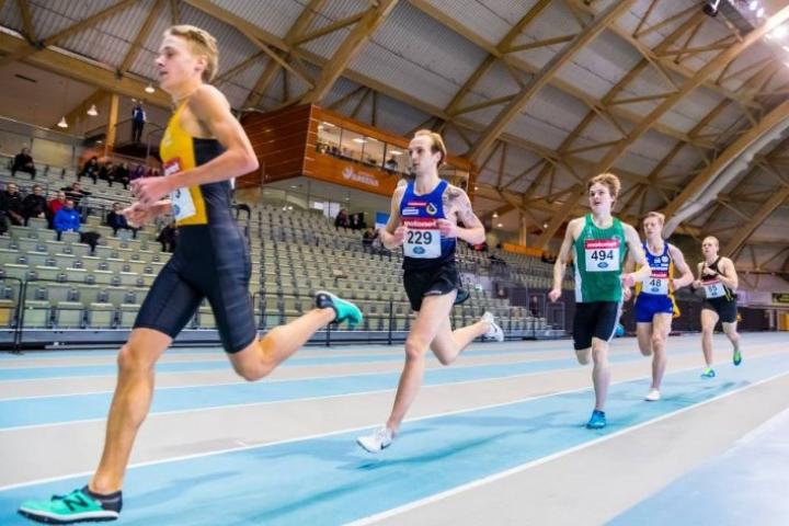 Kuva SM-hallikisojen 3000 metrin juoksusta, jonka voitti Katajan Jiri Karjalainen (229).