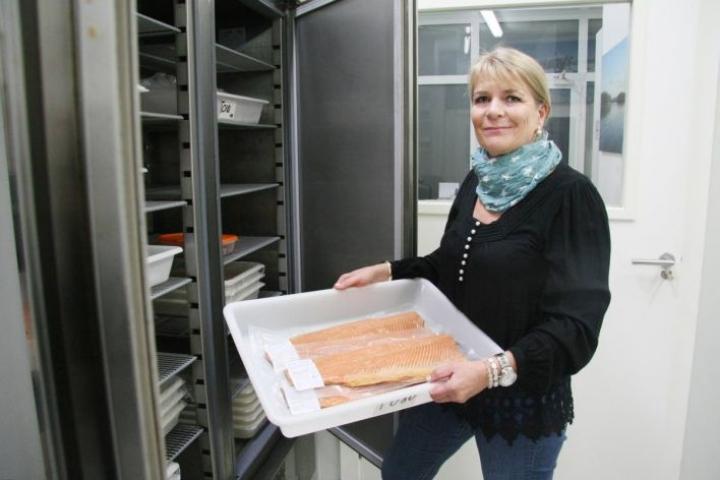 Käsiteltävä lohi tulee Norjasta, taimen ja sampi Espanjasta ja savustuksessa käytettävä puuhake Suomesta.
