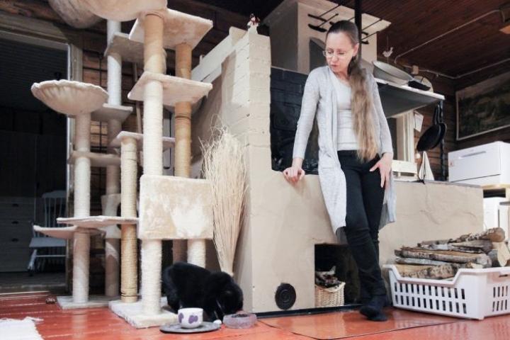 Erja Laakkonen kertoo, että Piko-kissan ei tarvitse Polvijärven Lehtovaaralla pelätä ilotulitusta.