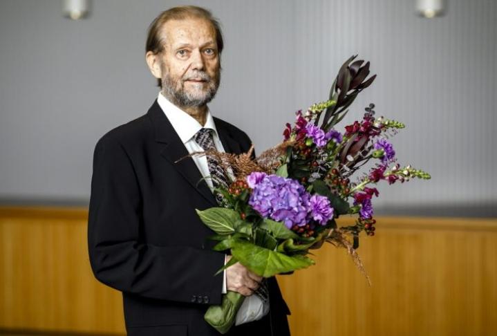 Wihurin Sibelius-palkinnon tämän vuoden voittaja, säveltäjä Jukka Tiensuu palkitsemistilaisuudessa Helsingissä. LEHTIKUVA / SEPPO SAMULI
