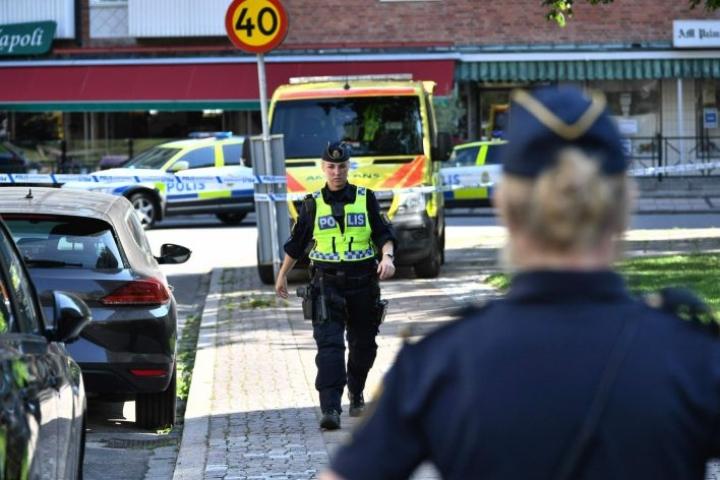 Poliiseja kadulla Ruotsin Malmössä, jossa vauvaa kantanutta naista ammuttiin useita kertoja. LEHTIKUVA / AFP