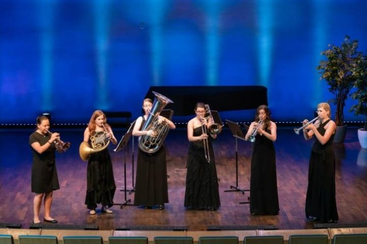 Seraph Brass esiintyy Lieksassa kuusihenkisenä. Oikealla yhtyeen johtaja trumpetisti Mary Bowden.
