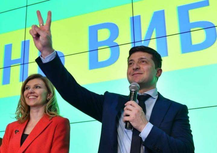 Ukrainan vaalikomission julkistamien tietojen mukaan Volodymyr Zelensky sai  ensimmäisellä kierroksella äänistä yli 30 prosenttia. LEHTIKUVA/AFP