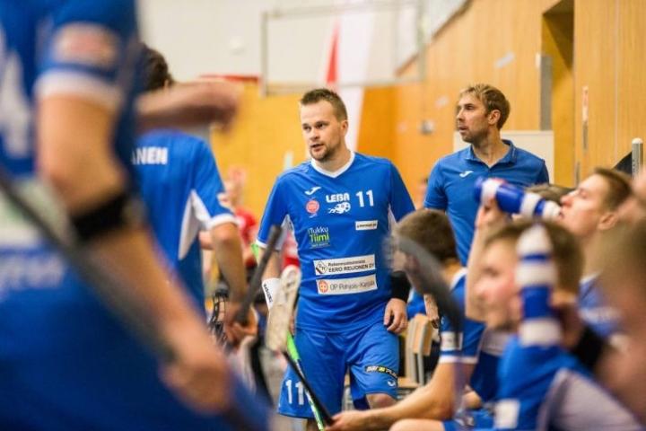 Arkistokuvassa taustalla oleva LeBan päävalmentaja Sakari Salmela tunnustaa, että Nilsiän Apassit on hyökkäyssuuntaan selvästi Pieksämäkeä vaarallisempi joukkue.