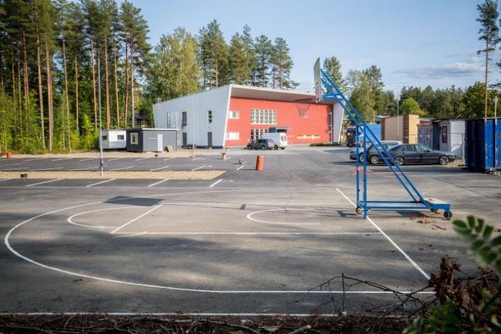Vapaaseurakunnan koripallokenttä on raivattu pois. Kuva on vuodelta 2018.