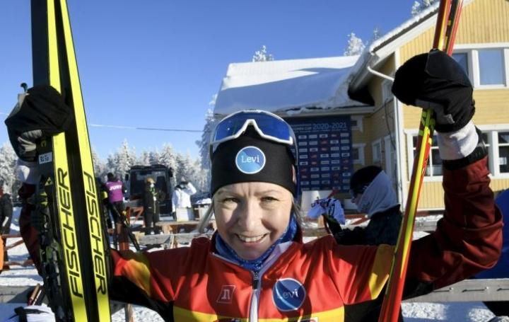 Riitta-Liisa Roponen juhlii Suomen mestaruuttaan naisten 10 kilometrin vapaan kisassa maastohiihdon SM-kilpailuissa Pyhäjärvellä 13. helmikuuta. LEHTIKUVA / HEIKKI SAUKKOMAA