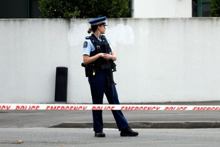 Poliisi partioi moskeijan edustalla Uuden-Seelannin Christchurchissa perjantain terrori-iskujen jälkeen. LEHTIKUVA/AFP