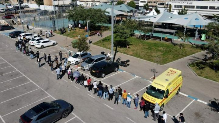 Ulkomaiden kansalaisia jonotti koronarokotukseen Israelin Tel Avivissa helmikuun alkupuolella. LEHTIKUVA/AFP