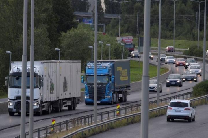 Vilkasliikenteisten teiden varsilla oleville kunnille aiheutuu paljon kasvihuonekaasupäästöjä läpiajoliikenteestä.