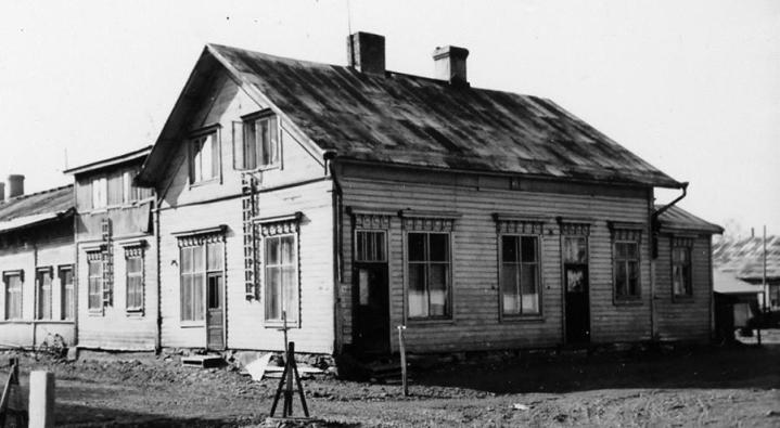 Koulukadulla olleen vuokratalon pihalla tapahtui puukotus vuonna 1940. Syylliset kertoivat syyksi uteliaisuuden nähdä mitä tapahtuu, jos iskee puukolla.