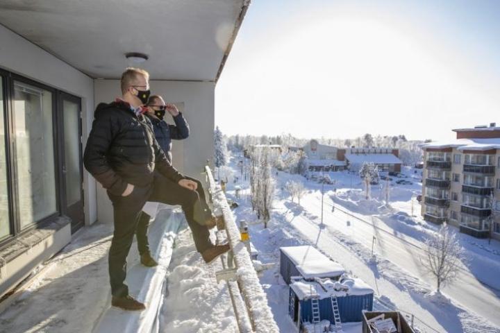 Taloykkösten Erik Räty ja Ismo Leppänen ihailevat näkymiä ylimmän kerroksen parvekkeelta.