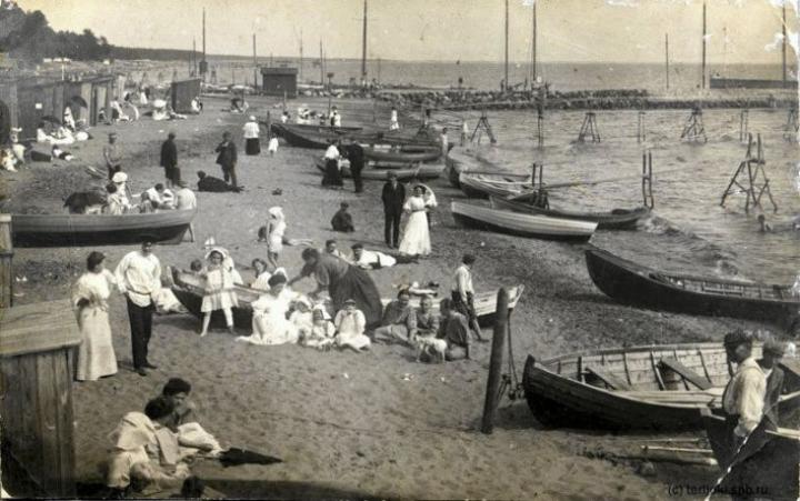 Terijoen hienot hiekkarannat houkuttelivat lomailijoita. Kuva vuodelta 1915.