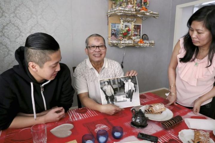 Muistot tulevat lähelle. Liem Len käsissään pitämä kuva on otettu Joensuun lentokentällä runsaat 30 vuotta sitten. Vaimo Cuc Pham ja Suomessa syntynyt poika Kini Le katselevat.