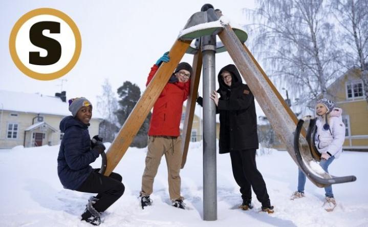 Neela Savia (vas.), Aaro Savia, Mio Määttä ja Misteli Määttä kieppuvat vanhan koulun pihamaalla.