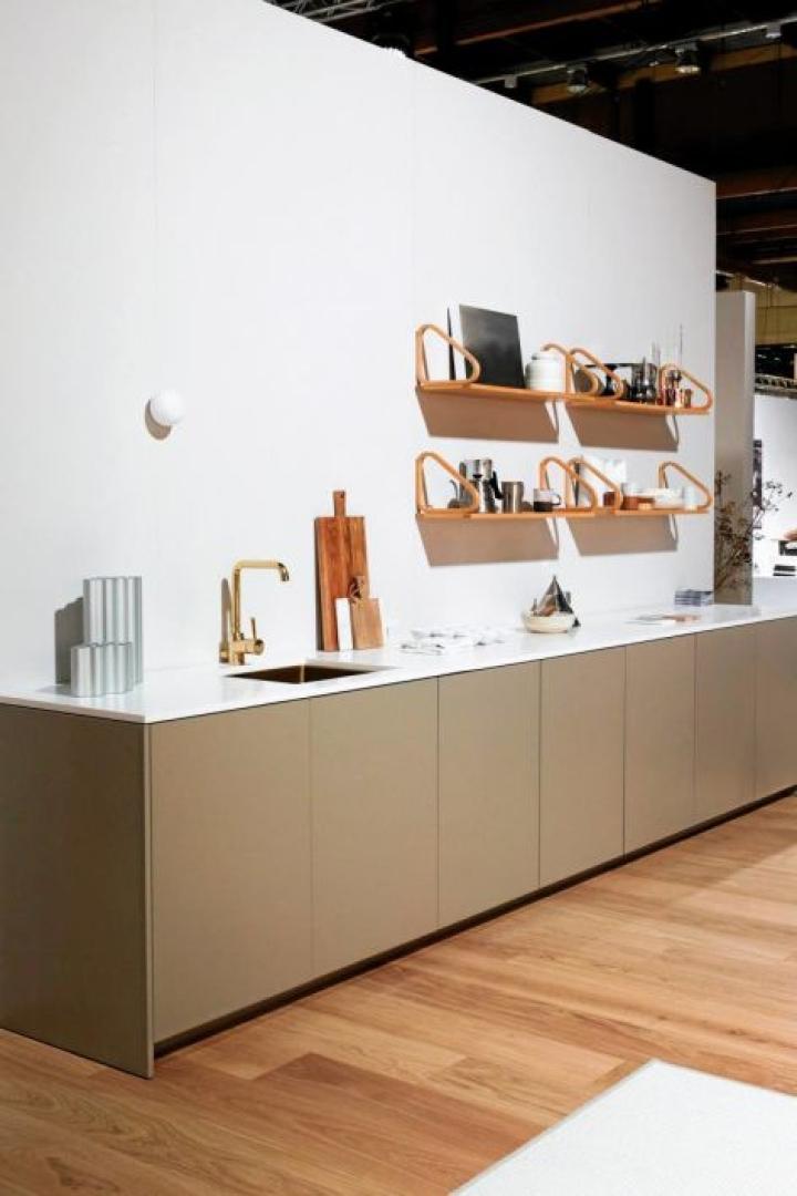 A.S. Helsingö yhdisti keittiöönsä seinähyllyt, jotka voisivat olla myös olohuoneessa.