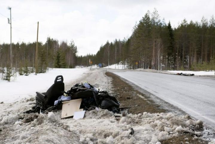 Kolme ihmistä kuoli ja kolme loukkaantui henkilöauton ja pienoisbussin kolarissa Kiteellä. LEHTIKUVA / HANNU RISSANEN
