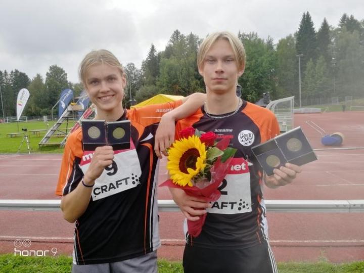 Roope Turunen ja Roope Maaninka ylsivät 15-vuotiaiden 5-ottelun SM-joukkuehopealle ja Maaninka lisäksi henkilökohtaiselle hopealle.