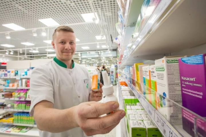 Farmaseutti Joonas Kesti Noljakan Apteekista Joensuusta kertoo, että kortisoninenäsumutteet ja muut allergialääkkeet kannattaa hankkia ja aloittaa ennen kuin allergiakausi ja -oireet ovat pahimmillaan.