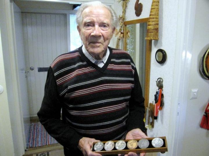 Outokummun Hugo Niskanen avasi SM-kisauransa Joensuun SM-maastoissa vuonna 1941. Niskanen esitteli 90-vuotishaastattelussa vuonna 2010 Kalevan kisoista saavuttamiaan SM-mitaleja. Hän menehtyi vuonna 2014.