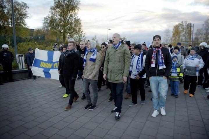 Suomalaisfanit marssivat Tampereen keskustasta Ratinan stadionille iltaseitsemältä alkavaan otteluun Kroatiaa vastaan. LEHTIKUVA / ANTTI AIMO-KOIVISTO