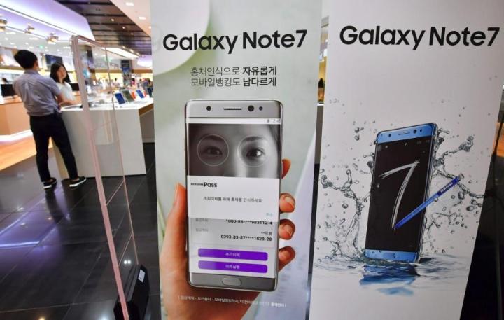 Puhelinvalmistaja Samsungin tuoretta Galaxy Note 7 -mallia ovat piinanneet vaaratilanteita aiheuttavat, ylikuumenevat akut. LEHTIKUVA/AFP