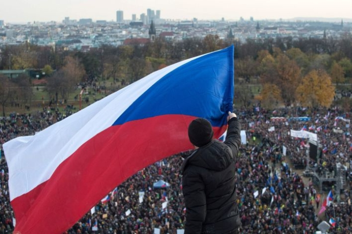 Mies piteli Tshekin lippua pääministerin eroa vaativassa mielenosoituksessa Prahassa. Pääkaupungin suurprotestiin oli lauantaina kokoontunut ainakin 250 000 ihmistä. LEHTIKUVA/AFP