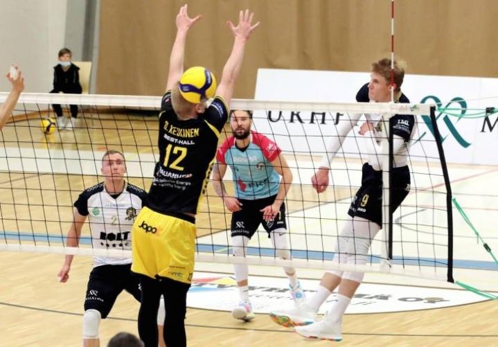 Arkistokuvassa palloa iskevä Jere Heiskanen palkittiin vaisun Hurmoksen parhaana Loimaalla.