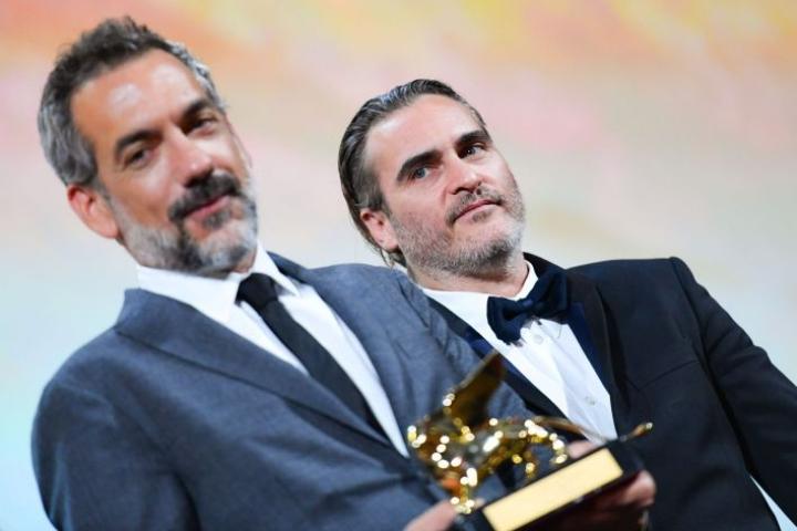 Venetsian elokuvajuhlien pääpalkinnon pokkasi ohjaaja Todd Phillips elokuvastaan Joker. Kuvassa mukana myös näyttelijä Joaquin Phoenix. LEHTIKUVA/AFP