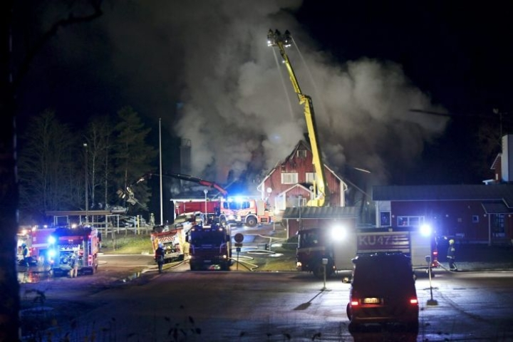 Valkjärven koululla Nurmijärvellä roihusi tulipalo lokakuun lopulla. LEHTIKUVA / MARKKU ULANDER