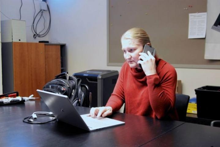 Helsinkiläinen Jasmin Juuti tuskailee usein karun tosiasian kanssa: 4G-yhteys ei toimi kunnolla. Juuti epäilee, että tilanne säilyy samana, vaikka hän siirtyisikin 5G-verkon käyttäjäksi.