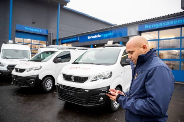 Joensuulaisen JV-Varustelu Oy:n piha on täynnä uusia autoja. Varustetilausta toimittaa toimitusjohtaja Joel Turunen.