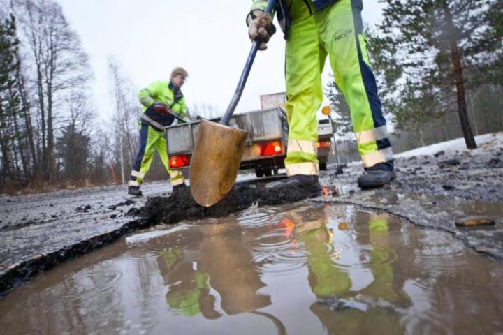 Tienhuoltomiehille on riittänyt runsaasti töitä, kun lumen ja jään alta paljastuvia vaurioita on paikkailtu.