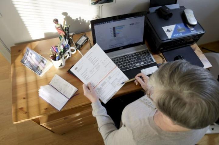 Selvityksen mukaan joka seitsemäs ikäihminen kokee, ettei saa tarvitsemaansa apua digipalveluiden käyttöön, kuten pankkiasioiden hoitamiseen. Lehtikuva / Martti Kainulainen