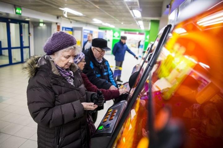 """Kuopiolainen Eila Nurminen pelaa mieluiten käteisellä. """"Kortin kanssa tulisi pelattua liikaa."""""""