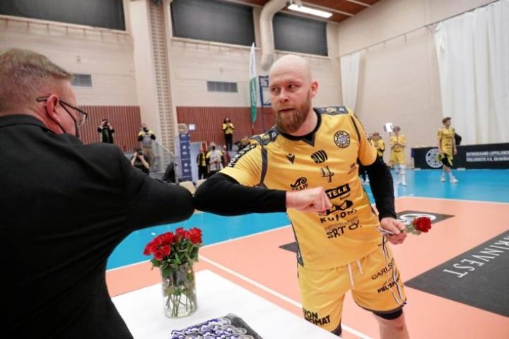 Savo Volleyn kapteeni Antti Siltala haki lentopalloliiton varapuheenjohtaja Antero Asikaiselta hopeamitalin, vaikka periaatteessa miehen ei olisi pitänyt pelata koko ottelussa kivuliaan niskavammansa vuoksi.