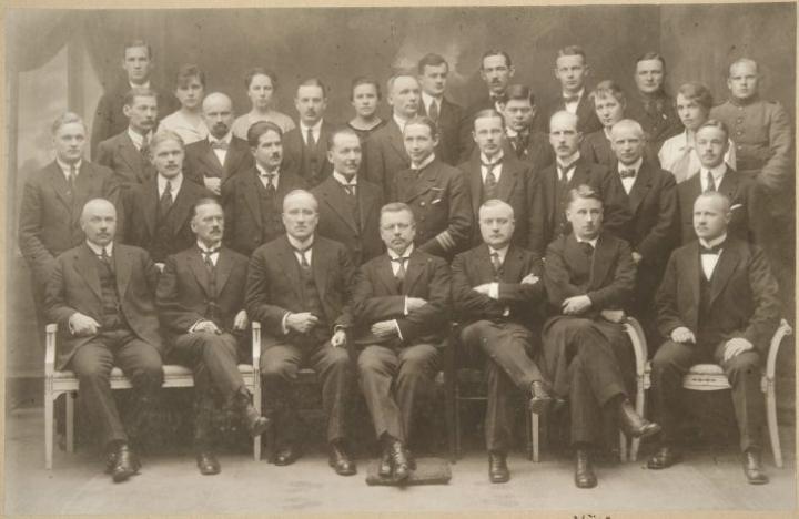 Tartossa allekirjoitettiin 14. lokakuuta 1920 rauhansopimus. Rauhanneuvottelujen suomalaisvaltuuskunnan eturivissä mm. Juho Kusti Paasikivi ja Väinö Tanner. LEHTIKUVA / HANDOUT / MUSEOVIRASTO / HISTORIAN KUVAKOKOELMA