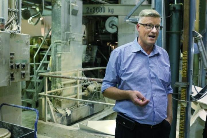 Petri Saastamoisen mukaan oppisopimuskoulutus on osoittautunut hyväksi keinoksi löytää työvoimaa Pankaboardin Pankakosken tehtaalle.