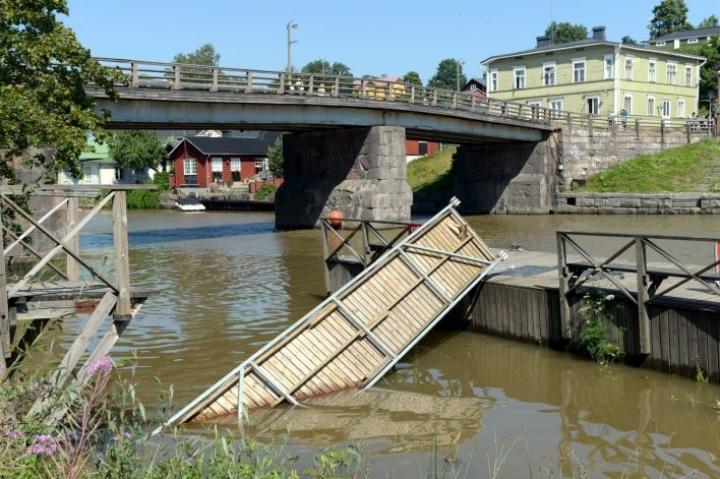 Ponttonilaiturille vievä kävelysilta kääntyi ympäri lauantaina, ja 15 ihmistä putosi jokeen Porvoon itärannalla. LEHTIKUVA / Mikko Stig