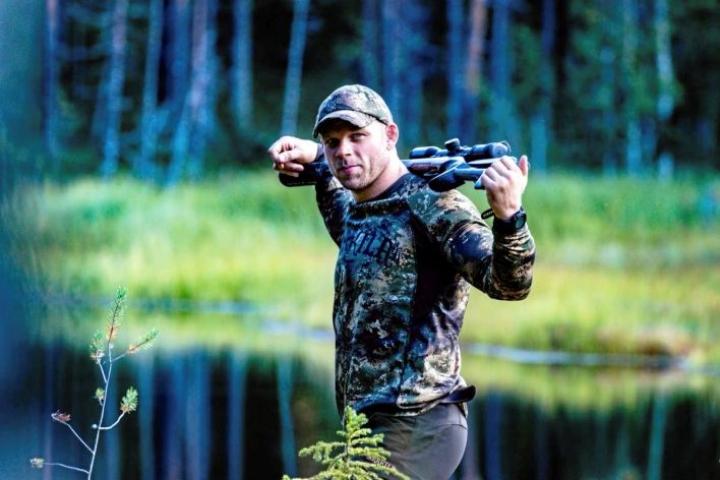 Rami Hietaniemi harrastaa metsästystä monipuolisesti. Kädessä pysyy yhtä lailla kivääri kuin haulikko.
