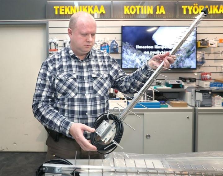 Joensuun Telemaailman Timo Ryynänen esittelee ulos asennettavaa suunta-antennia.