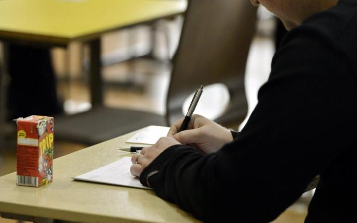Ylioppilaskirjoituksissa vuorossa on äidinkielen koe, jonka voi suorittaa suomessa tai ruotsissa. LEHTIKUVA / Kimmo Mäntylä