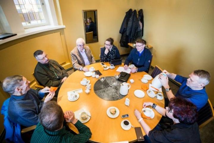 Tämänvuotista veteraanijuhlaa on järjestämässä aikaisempaa laajempi joukko. Palaveripöydän ääressä vasemmalta Pertti Vainionpää,Erkki Kettunen, Jorma Mikkonen, Mari Hämäläinen, Jouni Mattila, Raimo Hulmi ja Helena Hulmi. Selin on Mika Vanhanen.