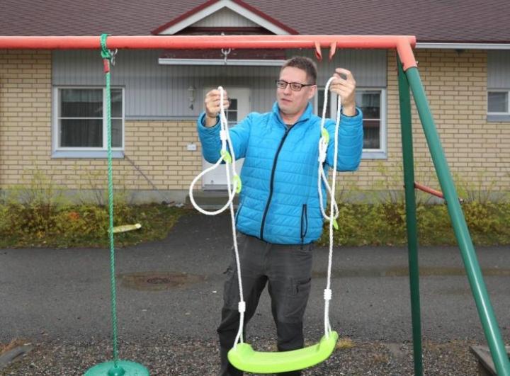 Mika Väänänen kiinnitti uuden keinulaudan kauppansa valikoimista taloyhtiönsä vanhaan keinutelineeseen.